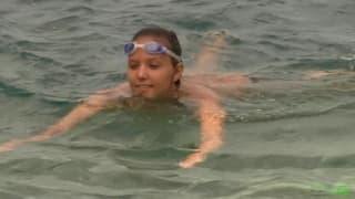 Sie ist gerne nackt am Strand im Urlaub