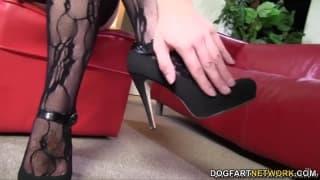 Mandy Lou befriedigt ihn mit ihren Füßen