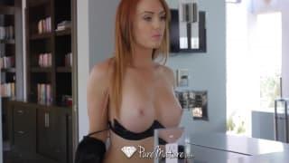 Sexy Rothaarige wird in der Wanne nass für Sex