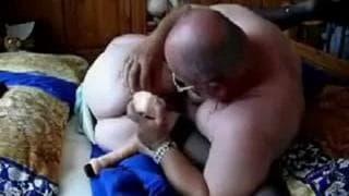 Dieser Opa fickt ihre Fotze mit einem Dildo