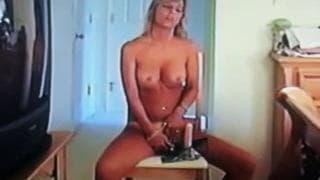 Die heiße Blondine fickt sich mit ihrem Dildo