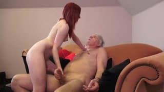 Heiße Rothaarige fickt mit altem Mann