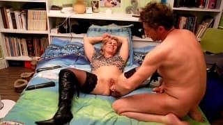 Sie masturbiert mit Spielzeug und genießt es