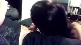 Eine Brünette besorgt es ihrem Mann gut oral