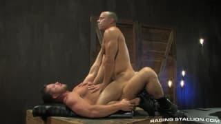 Zwei schwule Männer genießen den Sex zusammen
