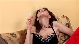 Diese sexy Brünette zeigt ihre Lingerie