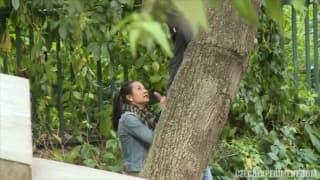 Wir sehen in dieser Szene ein Paar im Wald