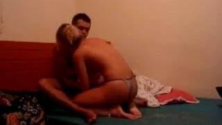 Ein Paar führt sich wie Profis im Bett auf