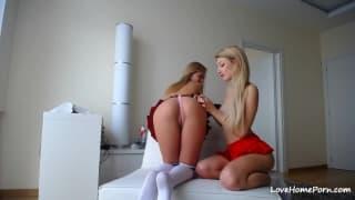 Zwei heiße Blondinen machen sich feucht