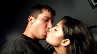 Hübsche Schlampe will ihren Mann befriedigen