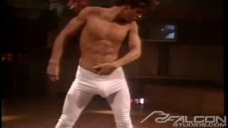 Dieser Kerl zeigt uns eine geile Stripshow!