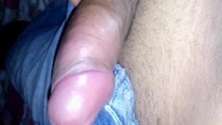 Der Kerl wichst sich allein zu Hause den Penis