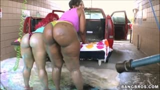 Diese Huren waschen das Auto und ficken hart
