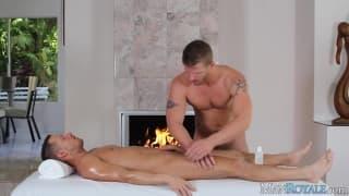 Zwei Schwule, die das Schwanzlutschen genießen