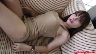 Ayumi, die schöne Shemale zeigt ihren Körper