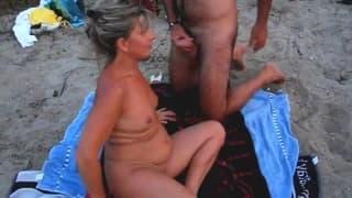 Ein reifes Paar genießt seinen Urlaub mit Sex