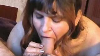 Sie verwönt ihren Mann mit dem saftigen Mund