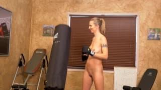 Alina Lubov masturbiert nackt im Fitnessstudio