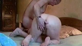 Ehepaar dreht einen geilen Porno im Bett