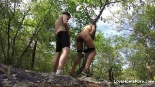 Ungezogene Freundin wird im Wald gebumst
