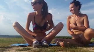 Zwei lesbische Babes haben Spaß zusammen