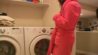 Diese junge Frau liegt auf der Waschmaschine