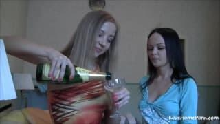 Zwei hübsche junge Lesben genießen Liebkosung