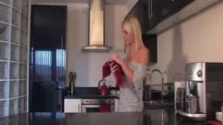 Jessica wird heute in der Küche geil