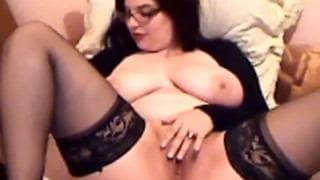 Mollige Frau in Unterwäsche masturbiert