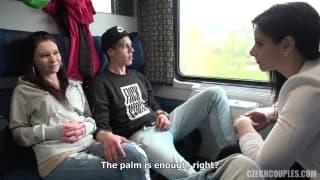 Ein heißes Paar wird im Zug zum Sex verführt