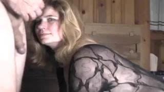 Die hübsche Blondine will ihrem Mann gefallen