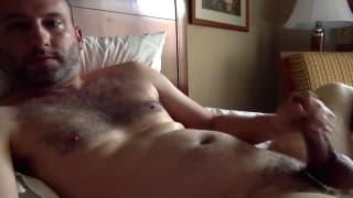 Er fühlt sich im Hotel geil und wichst