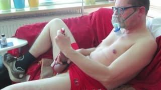 Mann dehnt seinen Schwanz um zu masturbieren