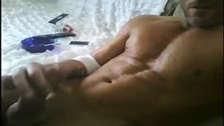 Starker Mann wichst sich gerne im Bett