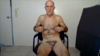 Bruce masturbiert & will deinen Schwanz saugen