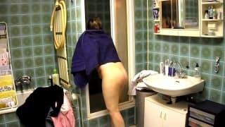 Dicke Milf mit Hängetitten im Badezimmer